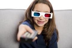 Menina que mantém uma tevê remota Imagem de Stock Royalty Free