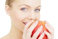 Menina que mantem uma maçã vermelha isolada Fotografia de Stock