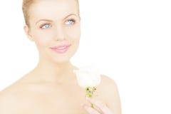 Menina que mantem uma rosa branca isolada fotos de stock royalty free