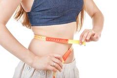 Menina que mede sua cintura Foto de Stock