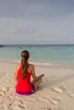 Menina que medita na praia Foto de Stock Royalty Free