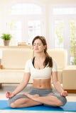 Menina que meditating fotografia de stock