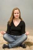 Menina que meditating Imagens de Stock