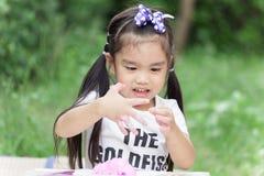 Menina que modela o brinquedo da argila fotografia de stock