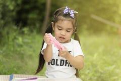 Menina que modela o brinquedo da argila fotos de stock royalty free