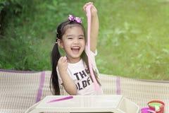 Menina que modela o brinquedo da argila fotos de stock