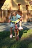 Menina que monta a bicicleta Fotos de Stock