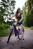 Menina que monta a bicicleta Fotografia de Stock