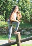 Menina que monta a construção de madeira Foto de Stock Royalty Free