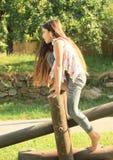 Menina que monta a construção de madeira Foto de Stock