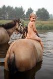 Menina que monta um cavalo fotos de stock royalty free
