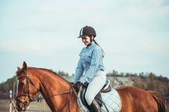 Menina que monta um cavalo Imagem de Stock