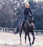 Menina que monta um cavalo Foto de Stock Royalty Free