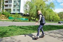 Menina que monta um skate Imagens de Stock