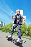 Menina que monta um skate Imagens de Stock Royalty Free