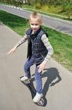 Menina que monta um skate Imagem de Stock
