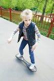 Menina que monta um skate Fotografia de Stock