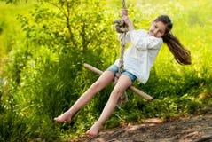 Menina que monta um tirante com mola Imagem de Stock