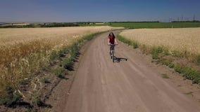 Menina que monta uma bicicleta filme