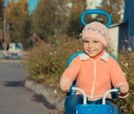 Menina que monta uma bicicleta Imagens de Stock Royalty Free