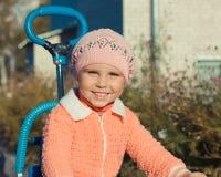 Menina que monta uma bicicleta Fotos de Stock