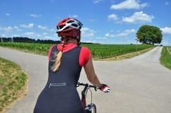 Menina que monta uma bicicleta Fotos de Stock Royalty Free