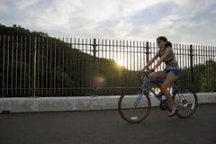 Menina que monta uma bicicleta Foto de Stock Royalty Free