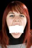 Menina que morde um cartão em branco Fotos de Stock
