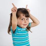 Menina que mostra as orelhas de coelho Fotografia de Stock Royalty Free