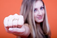 Menina que mostra o anel imagens de stock royalty free