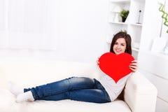 Menina que mostra o coração de papel grande Imagens de Stock