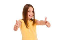 Menina que mostra o sinal APROVADO isolado no fundo branco Fotos de Stock Royalty Free