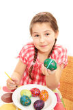 Menina que mostra seu ovo pintado Imagem de Stock