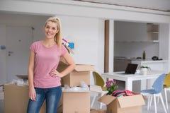 Menina que move-se no apartamento novo foto de stock
