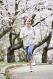 Menina que movimenta-se no parque Imagens de Stock Royalty Free