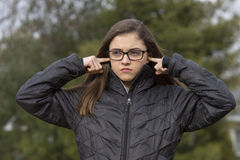 Menina que obstrui suas orelhas Foto de Stock Royalty Free