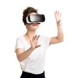 Menina que obtém a experiência usando vidros de VR da realidade virtual Fotos de Stock Royalty Free