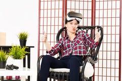 Menina que obtém a experiência usando vidros de VR da realidade virtual Imagem de Stock Royalty Free