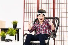Menina que obtém a experiência usando vidros de VR da realidade virtual Fotografia de Stock Royalty Free