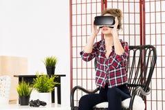 Menina que obtém a experiência usando vidros dos VR-auriculares da realidade virtual Imagens de Stock