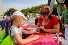 Menina que obtém a tatuagem do brilho Tyumen Rússia Fotos de Stock Royalty Free