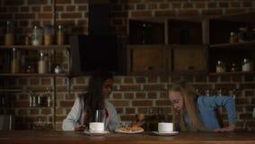Menina que oferece cookies saborosos a seu amigo vídeos de arquivo