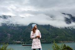 Menina que olha afastado, atrás do fiorde, Noruega fotografia de stock royalty free