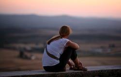 Menina que olha ao horizonte Foto de Stock Royalty Free