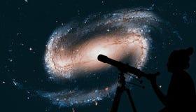 Menina que olha as estrelas com telescópio Galáxia espiral fotografia de stock royalty free