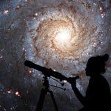 Menina que olha as estrelas com telescópio 74 mais messier, NGC 628 Fotos de Stock Royalty Free
