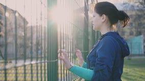 Menina que olha atrás de uma cerca, 4k filme