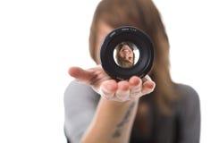 Menina que olha através da lente fotos de stock royalty free