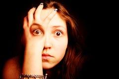 Menina que olha através da mão Fotografia de Stock Royalty Free