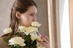 Menina que olha através do indicador Fotos de Stock Royalty Free